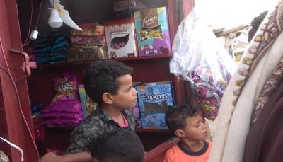 قُتل والده بالحرب.. طفل في العاشرة يفتح محلا لهدايا العيد لإعالة أسرته بتعز
