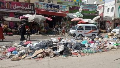 تعز.. النفايات تغرق شوارع المدينة جراء إضراب عمال النظافة