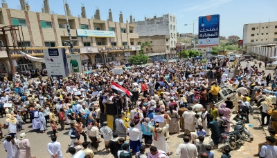 """للجمعة الثالثة.. المئات في """"تعز يطالبون بإقالة المسؤولين """"الفاسدين"""""""
