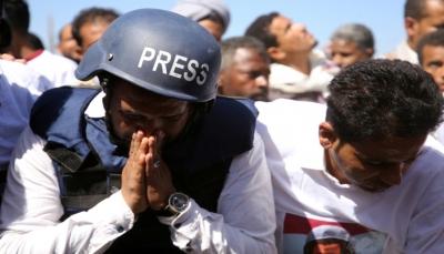"""تقرير دولي: """"موت بطيء"""" لوسائل الإعلام اليمنية.. صحفيو البلاد يغطون أحداث التهجير والنفي"""