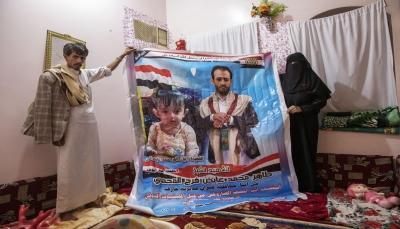 """عن الطفلة """"ليان"""" التي تفحم جسدها مع أبيها بقصف حوثي.. أسوشيتد برس تكتب: قبر أب وابنته يختزل كلفة حرب اليمن"""