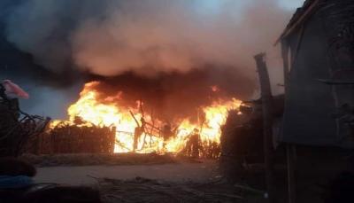الحديدة.. حريق هائل يلتهم 36 منزلاً لنازحين في مديرية الدريهمي