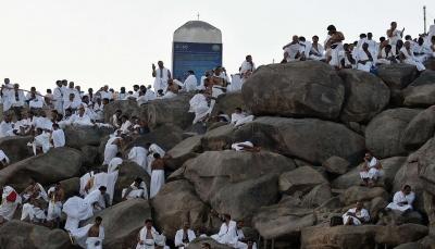 لأداء ركن الحج الأعظم.. ضيوف الرحمن يتوافدون إلى صعيد عرفات