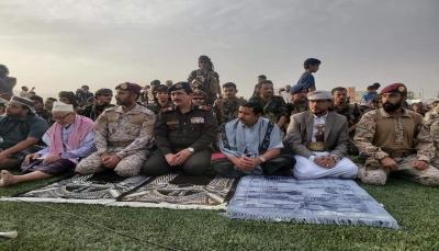 وزير الداخلية ومحافظ شبوة يؤديان صلاة عيد الأضحى مع جموع المصلين في مدينة عتق