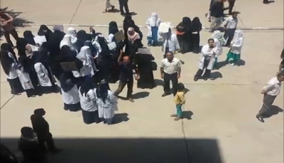 كوادر مستشفى الثورة بصنعاء تواصل احتجاجاتها ضد ممارسات مليشيا الحوثي