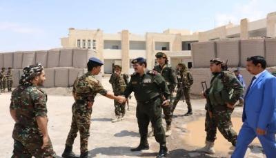 وزير الداخلية ومحافظ شبوة يتفقدان سير العمل في عدد من الوحدات الأمنية