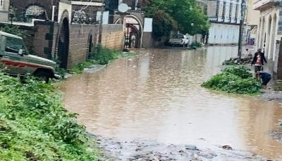 سيول الأمطار تغمر وتحاصر عدة منازل في مدينة إب