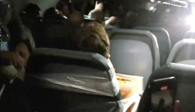 شاهد - ركاب طائرة يقيدون مسافراً بمقعدة بعد  تحرشه بمضيفات