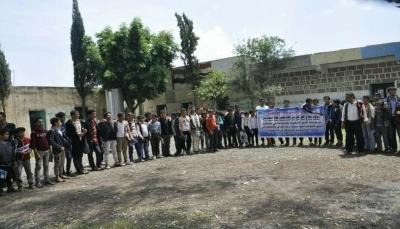 """إب.. معلمون وطلاب يحتجون ضد الاعتداءات التي تطال أحد المجمعات التربوية بمديرية """"جبلة"""""""