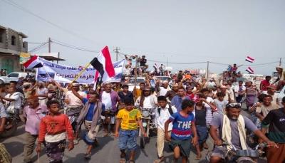 تعز.. مظاهرة شعبية تندد بهجوم ميليشيات الحوثي على ميناء المخا