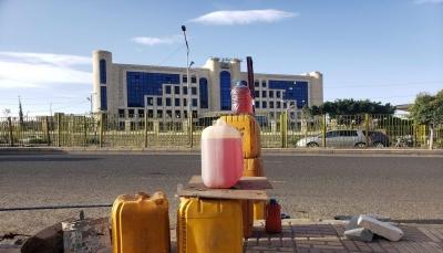 الحوثيون يُسرحون 500 من موظفي النفط ويستبدلونهم بموالين لهم
