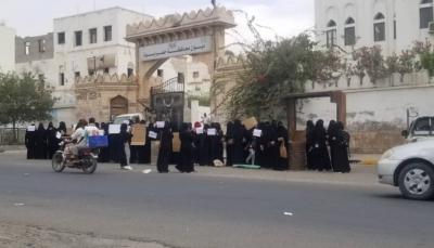 حضرموت.. وقفة نسائية تندد بتدهور الوضع المعيشي وتطالب برحيل الإمارات