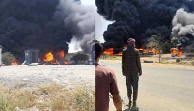 بعد أيام من احتجازها.. ميليشيات الحوثي تحرق أكثر من 20 ناقلة وقود في البيضاء