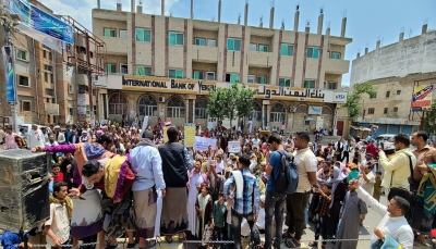 """""""ارفع صوتك عالي لا حوثي لا انتقالي"""".. متظاهرون بتعز يتضامنون مع المحتجين في عدن"""