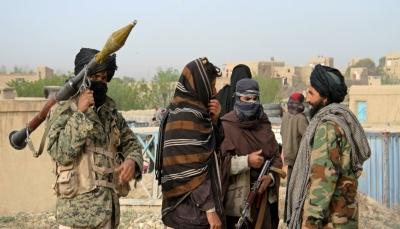 """أفغانستان.. """"طالبان"""" تعلق 4 جثث لخاطفين في شوارع المدينة بعد مقتلهم في اشتباكات معها"""