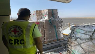 """الصليب الأحمر يعلن وصول مساعدات طبية إلى صنعاء وناشطون يردون: """"العبدية بمأرب محاصرة بلاغذاء ولا دواء"""""""