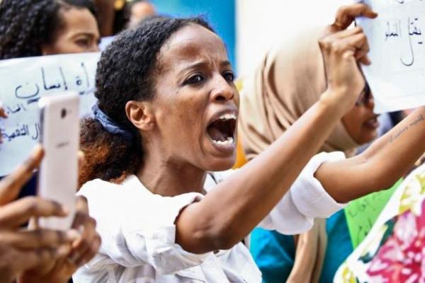 """السودان يلغي """"حد الردة"""" ويقنن تناول غير المسلمين للخمور ويجرم التكفير وختان الإناث"""