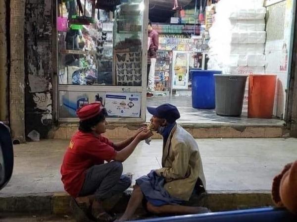 شاهد - طفل يمني يعمل بمحل فلافل يطعم يوميا شخصا من ذوي الاحتياجات الخاصة