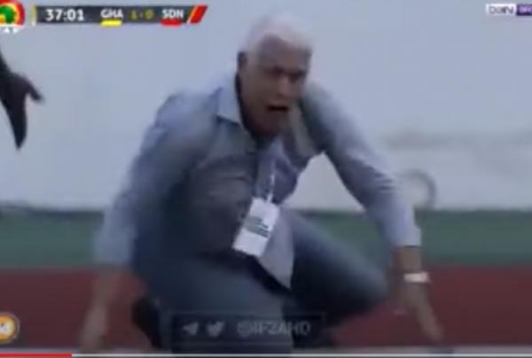 دفعه بقوة وأسقطه أرضاً.. اعتداء حكم مباراة على مدرب السودان (فيديو)