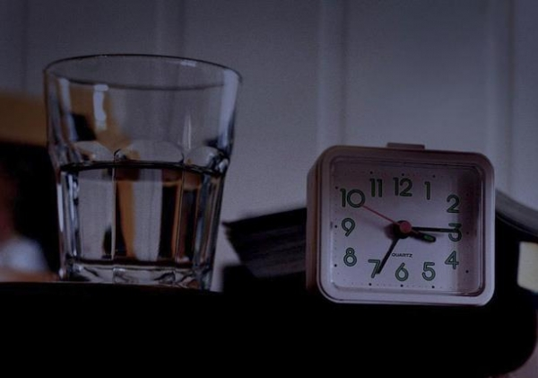 لهذا السبب تجنب الإكثار في شرب الماء قبل النوم