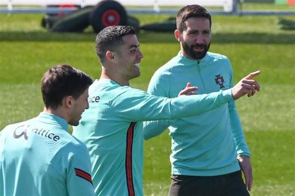 """""""معنوياته مرتفعة"""".. مدرب البرتغال يطمئن الجماهير بشأن رونالدو"""