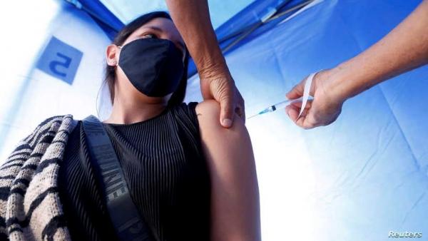 لماذا لا يعاني بعض الأشخاص من الآثار الجانبية للقاح كورونا؟