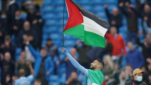 شاهد.. كيف تحصل رياض محرز على العلم الفلسطيني
