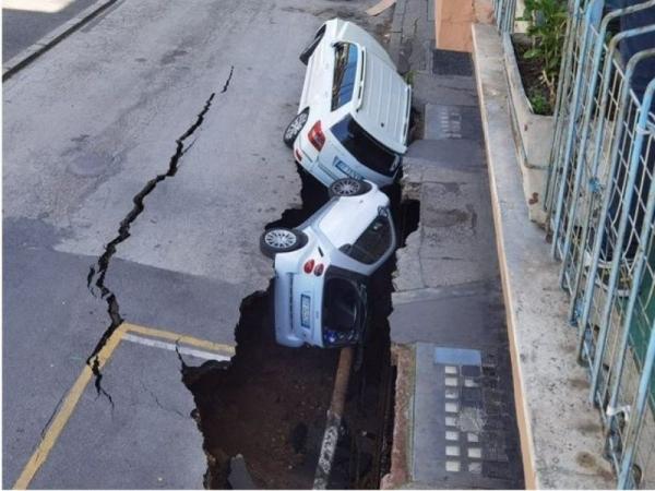 حفرة تبتلع سيارتين بأحد شوارع روما