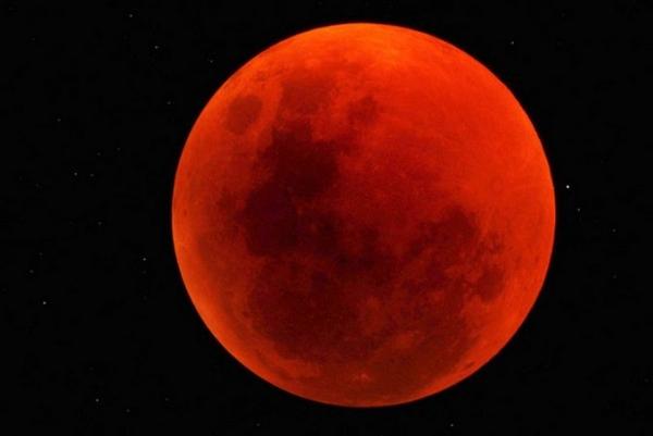 """شاهد بالصور.. """"قمر الدم العملاق"""" ظاهرة فلكية نادرة"""