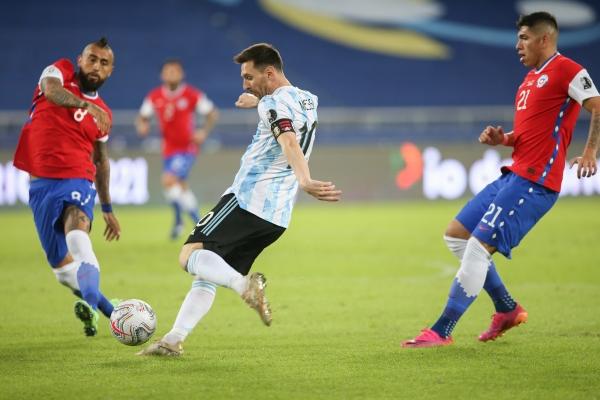 أرجنتين ليونيل ميسي تتعثر بالتعادل أمام تشيلي