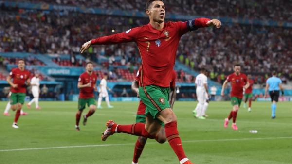 """دائي يكيل المديح للدون """"رونالدو"""" بعد بلوغ رقمه القياسي في عدد الأهداف الدولية"""