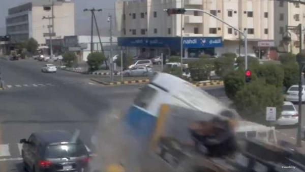 شاهد - شاحنة تسحق مركبات في حادث مروع في السعودية