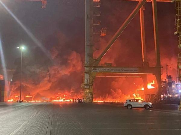 """الإمارات.. حريق هائل إثر انفجار حاوية في سفينة بميناء جبل علي في """"دبي"""""""