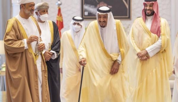 بلومبيرغ: زيارة سلطان عُمان مؤشر على تبدل تحالفات السعودية بمنطقة الخليج