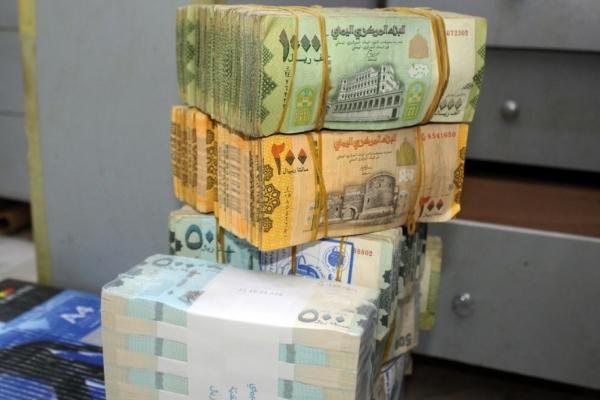 """""""انهيار قياسي جديد"""".. لماذا يستمر """"الريال اليمني"""" بالتدهور رغم اعلان البنك اجراءات لتعافيه؟"""