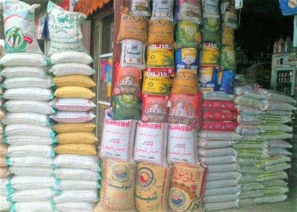 استقرار وهمي للريال.. مواطنون يشكون من ارتفاع أسعار السلع والخدمات الأساسية في صنعاء