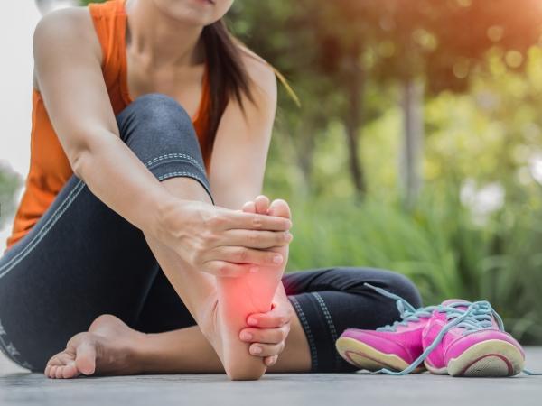 ما الذي يسبب آلام الكعب عند المشي؟