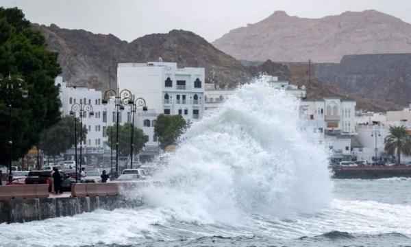 """حالة تأهب قصوى في سلطنة عُمان بسبب إعصار """"شاهين"""" (فيديو)"""