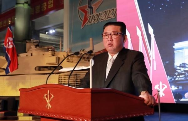 كسّروا الطوب برؤوسهم.. تدريبات استعراضية لجنود أمام زعيم كوريا الشمالية (فيديو)