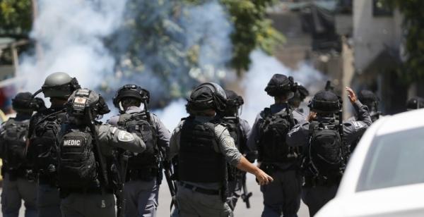 شاهد.. أم فلسطينية تتشبَّث بقبر ابنها لحماية رفاته من تجريف الاحتلال لمقبره