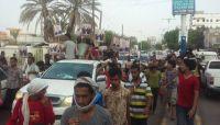مظاهرة بعدن تطالب بتسليم مبنى المحافظة للمفلحي ودعما له