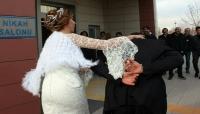 """في طريقة غريبة.. عروس تقود زوجها إلى صالة الفرح """"مقيد اليدين"""" (صور)"""