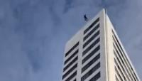 تعطلت المظلة قبل هبوطه.. رجل يقفز من أعلى مبنى ارتفاعه 24 طابقاً (فيديو)