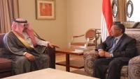 السفير السعودي يُطلع رئيس الحكومة على خطوات مشروع إعادة الإعمار في سقطرى