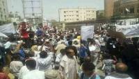 """تعز: العشرات يتظاهرون للمطالبة بسرعة البتّ في قضية الطفل """"رياض الزهراوي"""""""