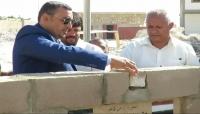 بتمويل كويتي: محافظ سقطرى يضع حجر الأساس لبناء مجمع تربوي متكامل