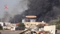 """الحديدة: احتراق مجمع مصانع """"إخوان ثابت"""" جراء قصفه من قبل الحوثيين (فيديو)"""