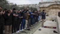 """لأول مرة منذ 16 عاما.. فلسطينيون يصلون في """"باب الرحمة"""" بالمسجد لأقصى"""