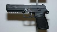 طفل يفتح النار على أمه من سلاح حقيقي ظنا منه انه لعبة
