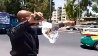 أردني يحرق شهادة الدكتوراه أمام مبنى الحكومة قهرا من أوضاعه (فيديو)
